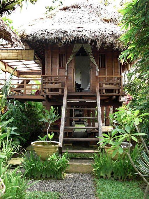 Casa de campo alta decorada com plantas.