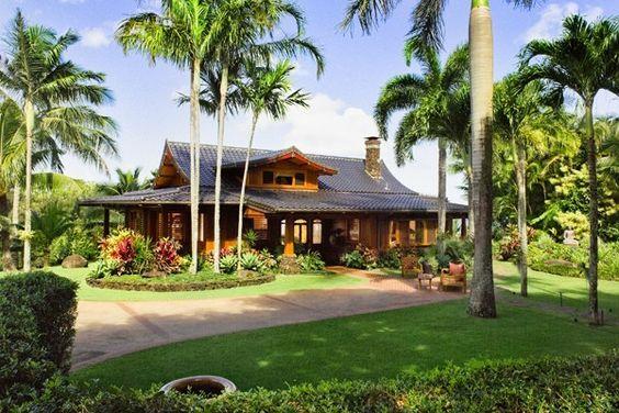 Casa de campo com jardim e gramado.