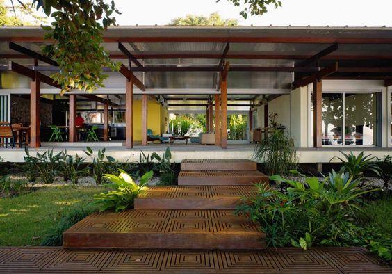 Casa de campo com degraus de madeira na entrada.