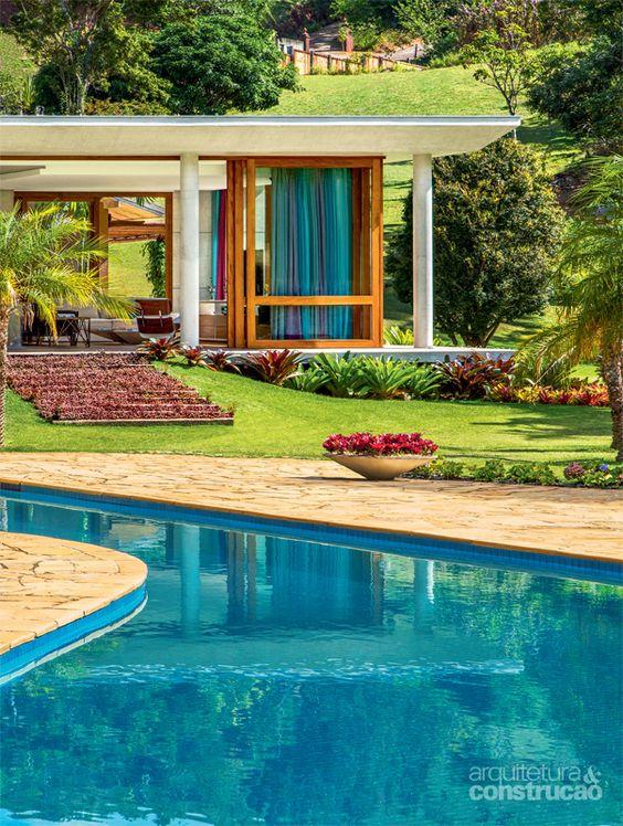 Casa de campo com varanda com porta de vidro e cortina azul.