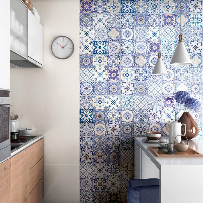 Painel decorativo na cozinha com ilha.