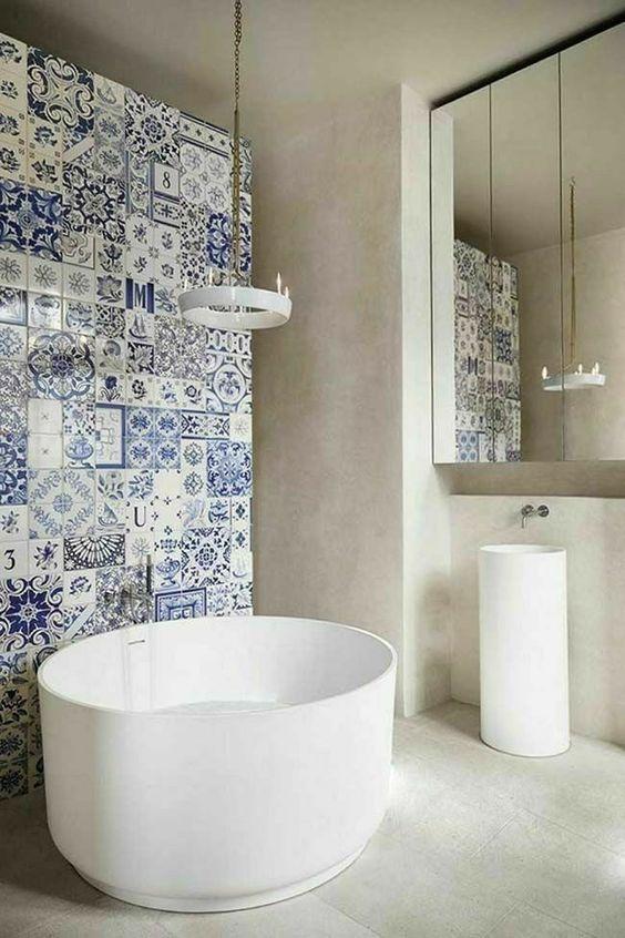 Painel de parede em azul colore o banheiro.