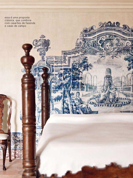 Azulejo português faz as vezes de cabeceira nesse quarto.