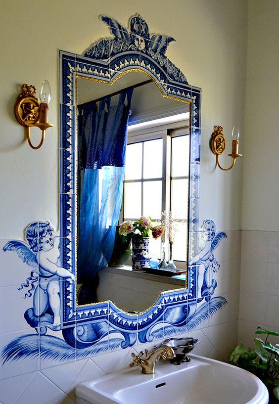 Revestimento faz as vezes de moldura de espelho.