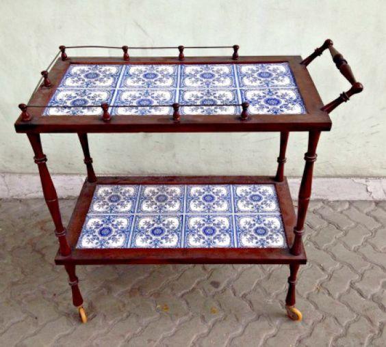Carrinho de chá decorado com azulejo português.