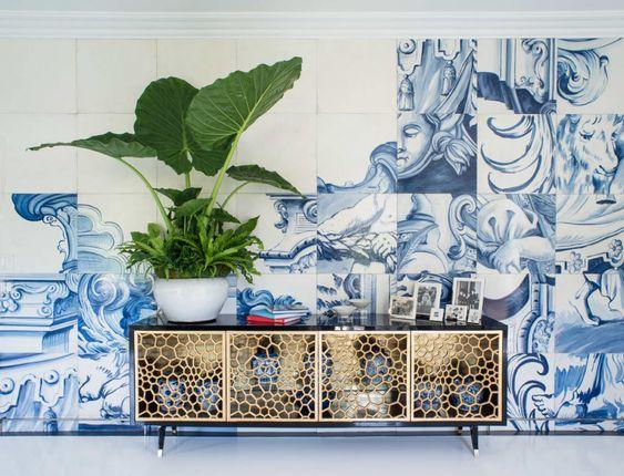 Painel de azulejo português na parede ao fundo do buffet.