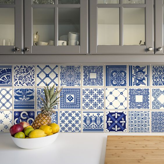 Blacksplash em azulejo branco e azul.