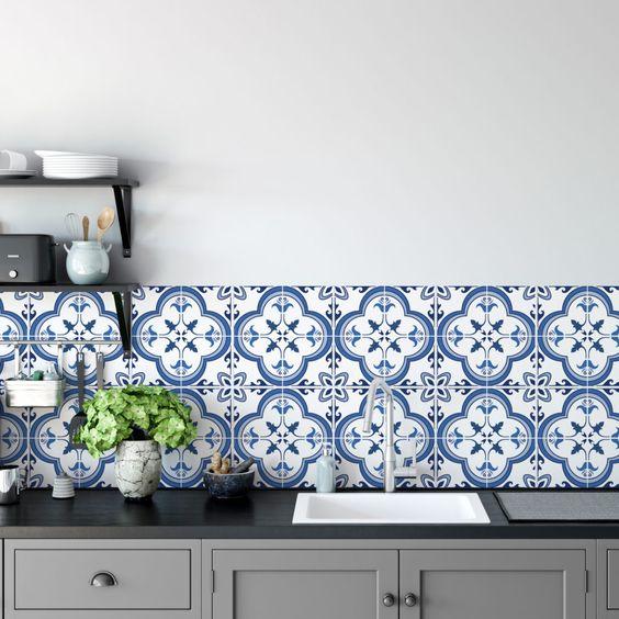 Revestimentos em azul branco funciona como item decorativo.