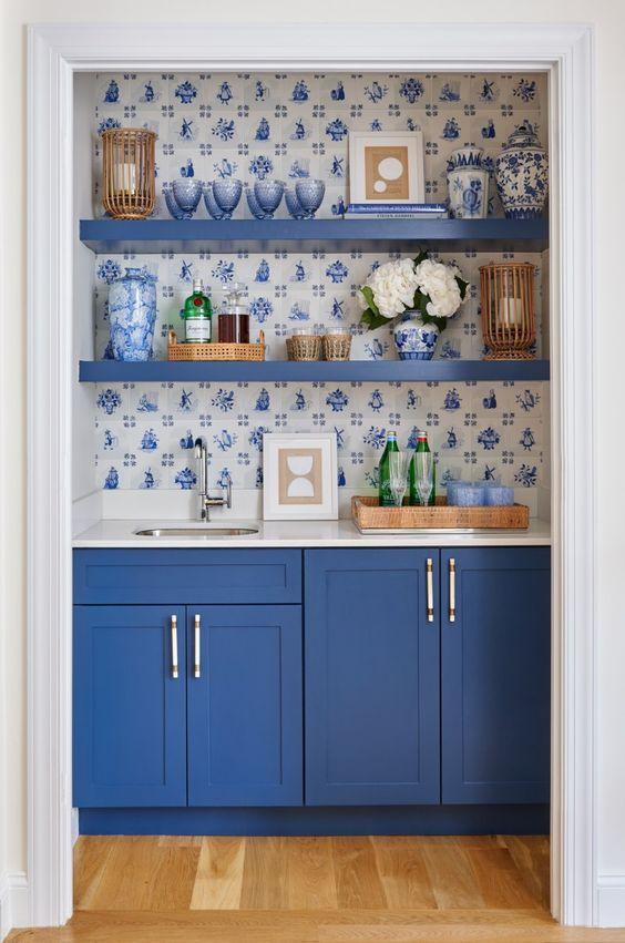 Painel de azulejo português faz fundo a marcenaria em azul.