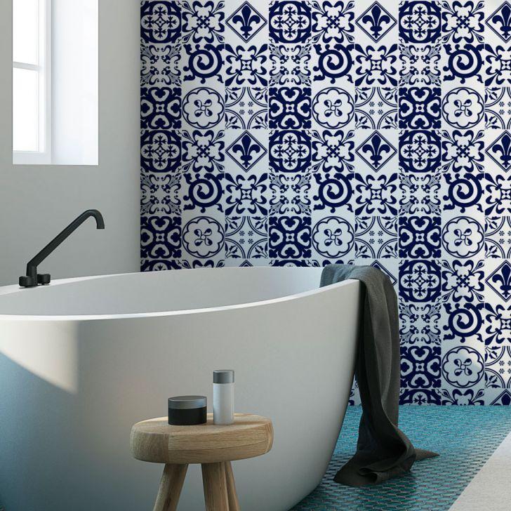Banheiro traz adesivos que imitam azulejo português.