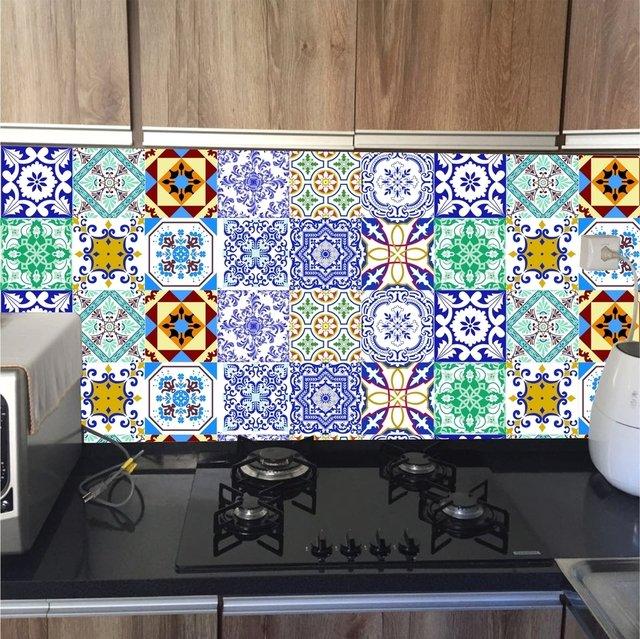 Cozinha ganhou cara nova com adesivo que imita azulejo português.