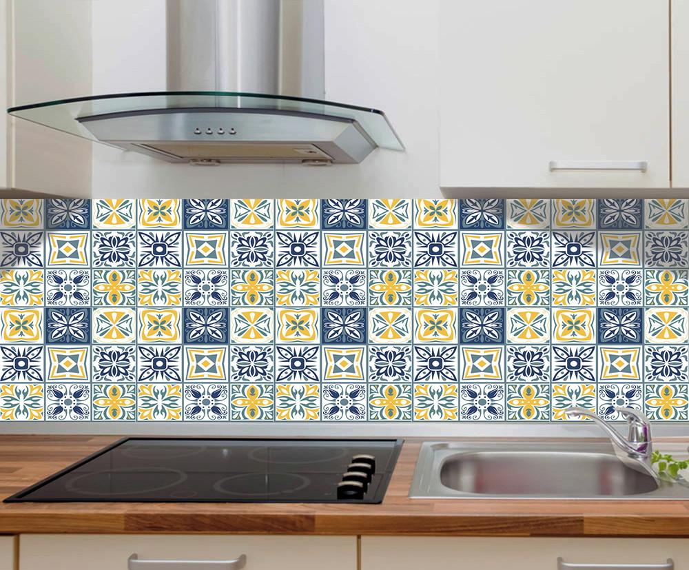 Cozinha renovada com adesivo que imita azulejo português.