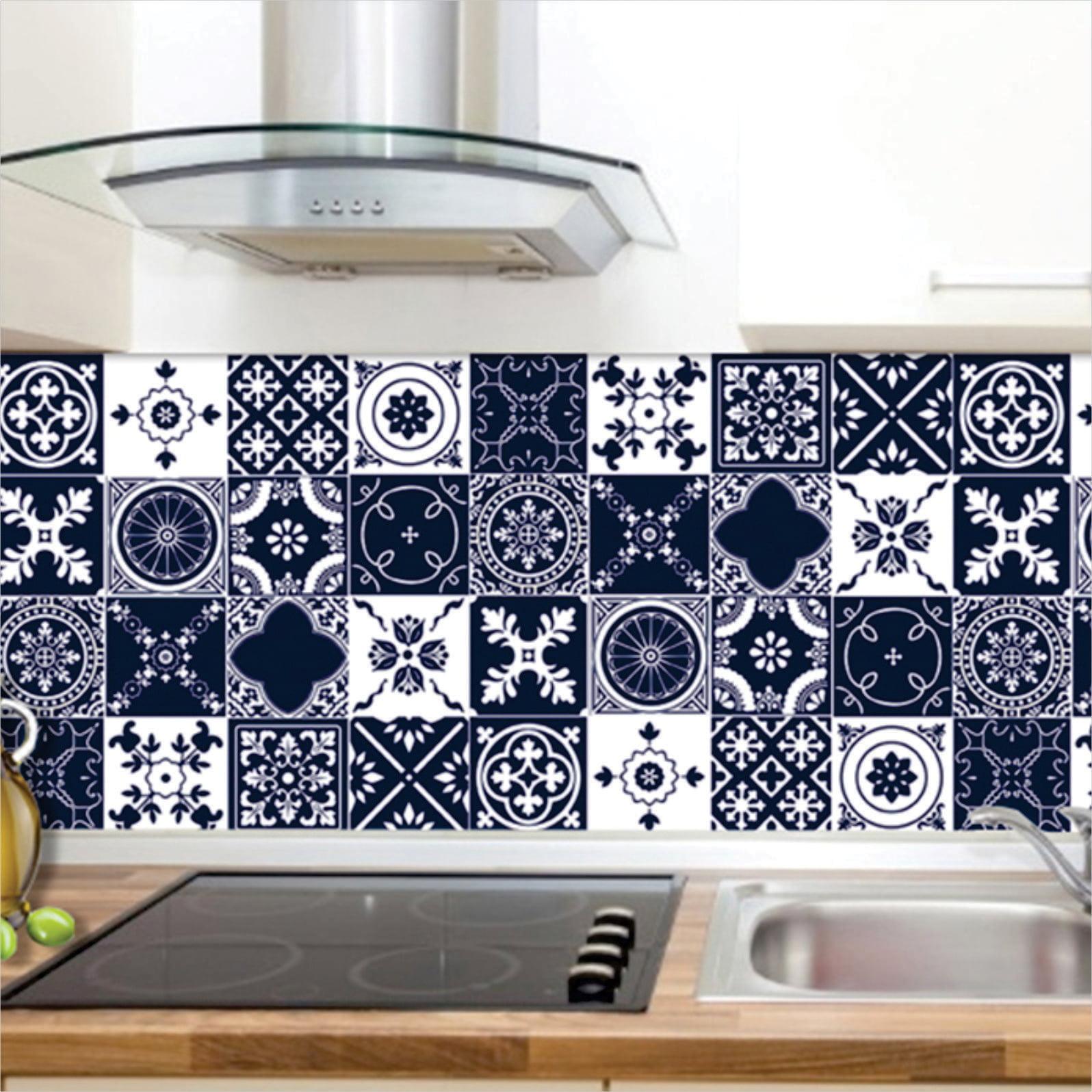 Azul-marinho e branco formam as estampas do adesivo que imita azulejo português.
