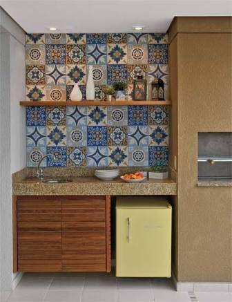 Parede revestida com azulejo português na área gourmet.