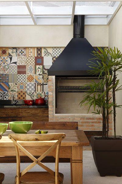 Azulejo português é destaque na área da churrasqueira.