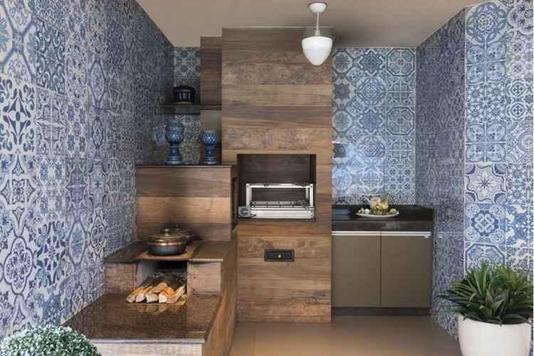 Azulejo português reveste todas as paredes da área gourmet.
