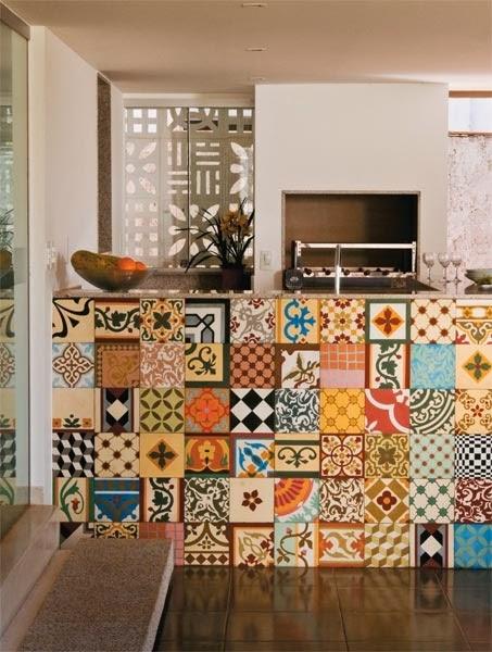 Bancada traz azulejo português como item de destaque.