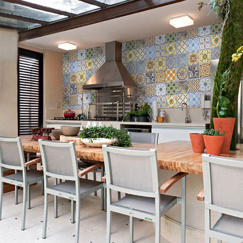 Decoração garantida com a parede revestida de azulejo português.