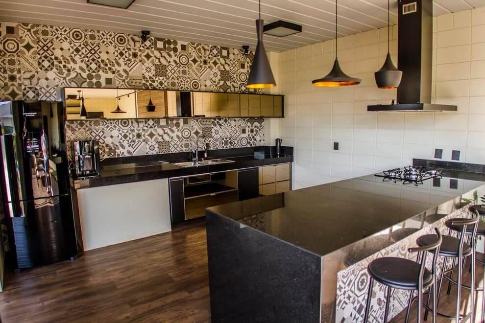Área gourmet superequipada e com azulejo português.
