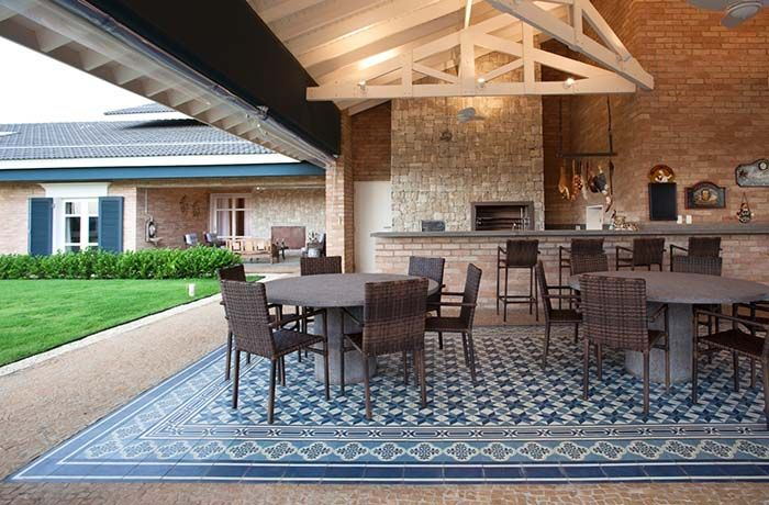 Tapete de azulejo português na área gourmet.