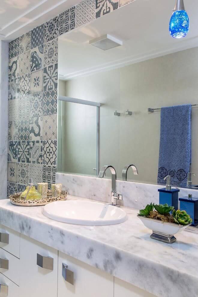 Azulejo português é destaque na parede do banheiro.