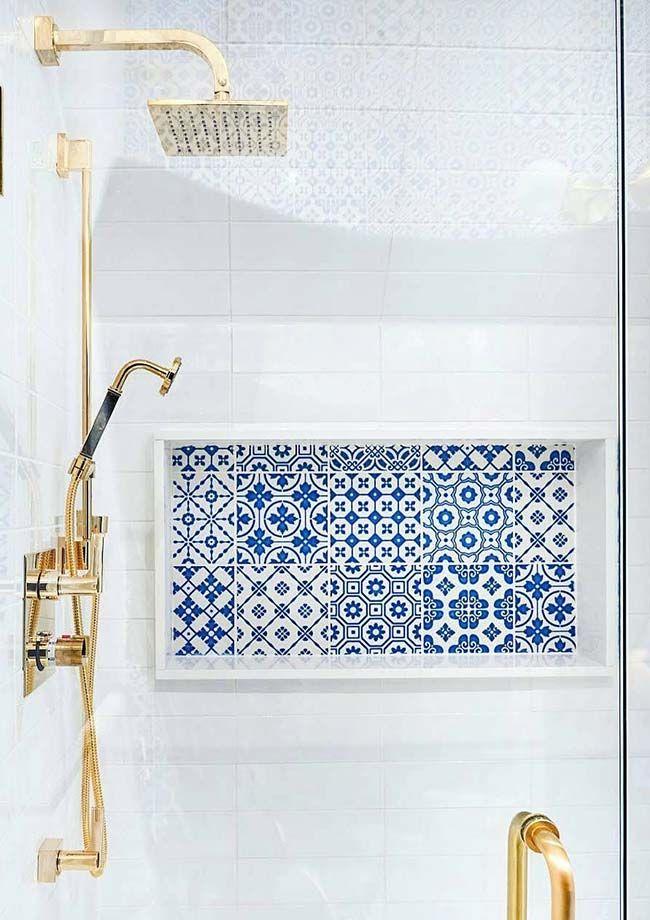 Nicho de banheiro revestido com azulejo em azul e branco.