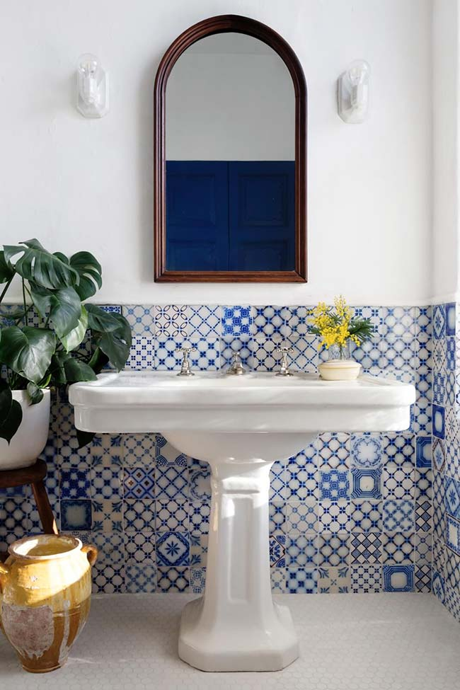 Azulejo português como item decorativo no banheiro.