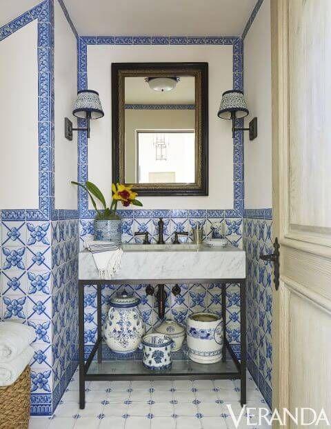 Azulejo português foi usado em banheiro clássico.