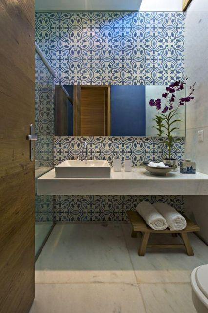 Azulejo em branco e azul foi a escolha para o banheiro.