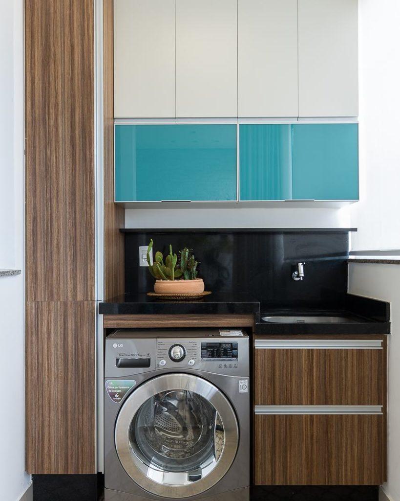 Área de serviço com armário planejado azul.