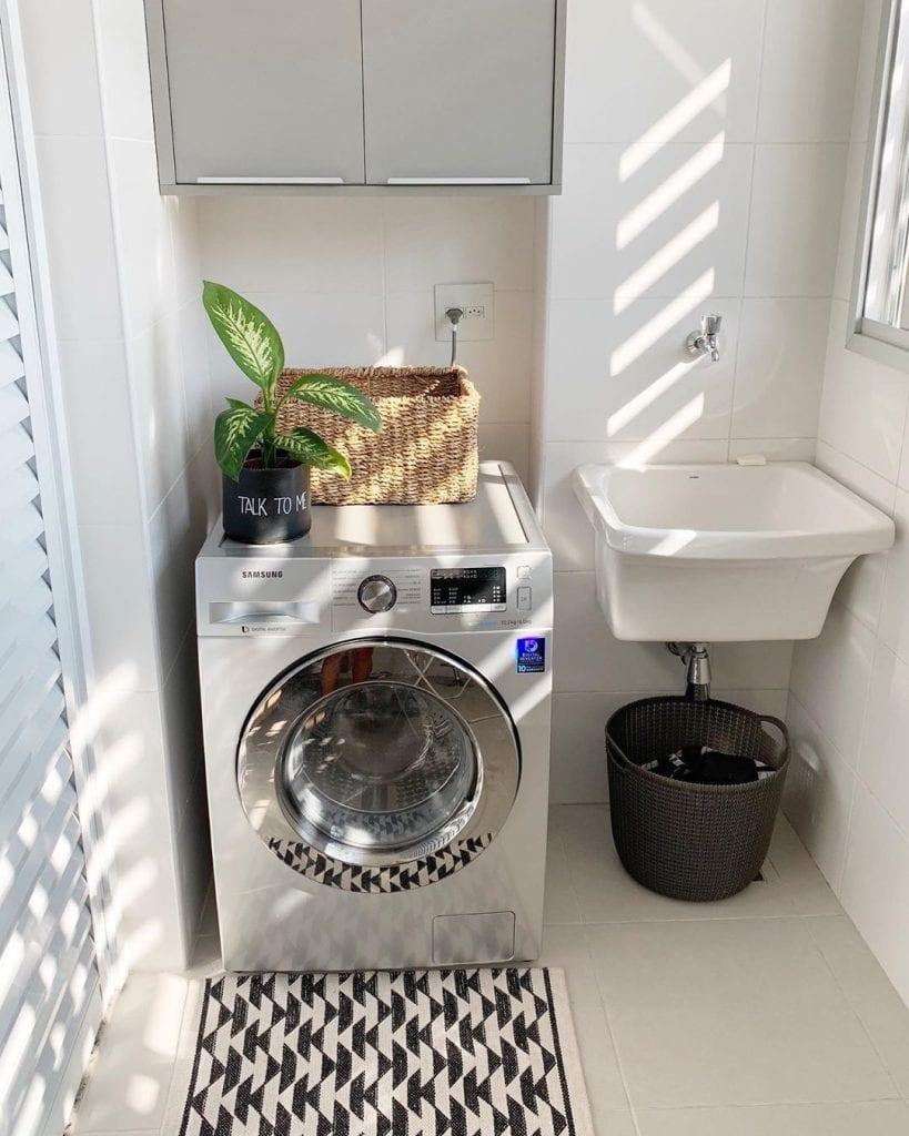 Área de serviço simples com armário suspenso.