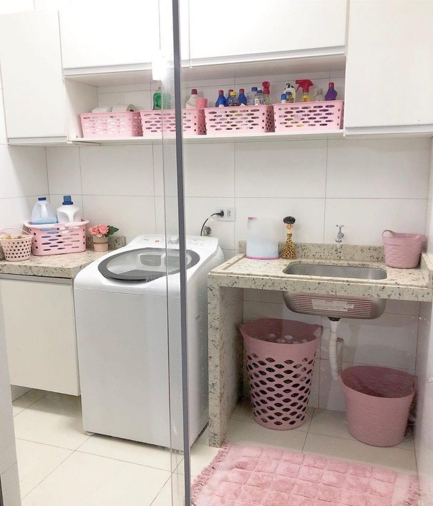 Decoração simples com cestos rosas e bancada de granito.