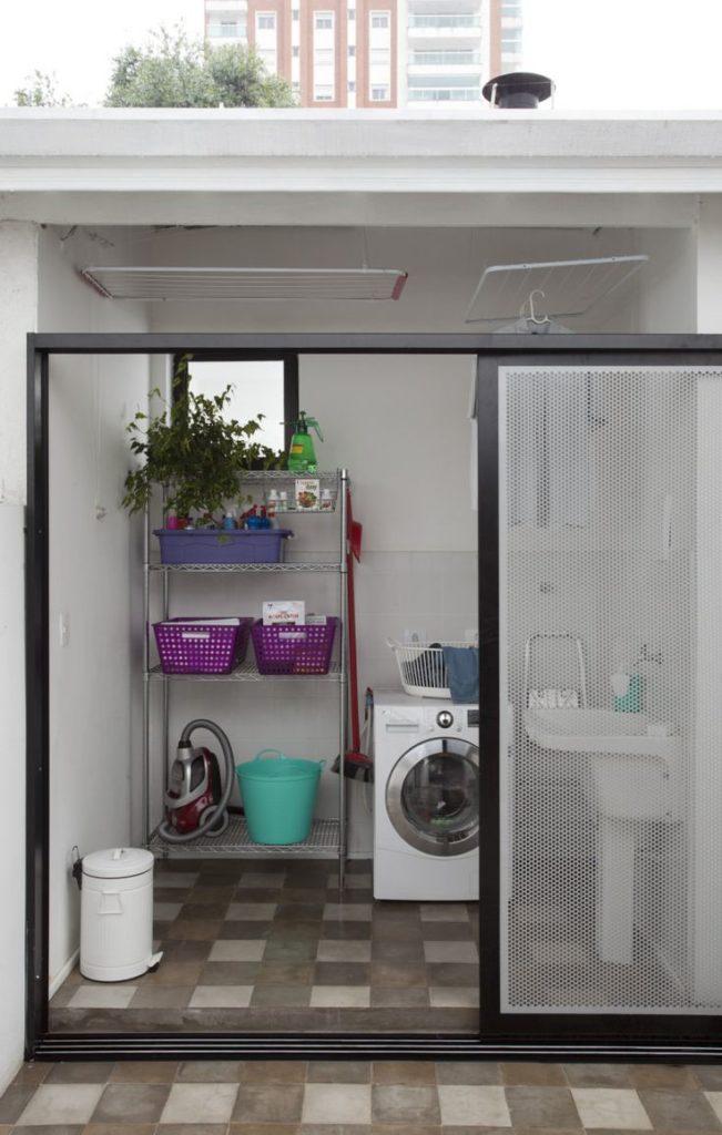 Área de serviço externa com porta de vidro.