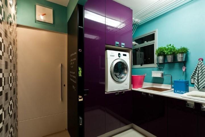 Área de serviço decorada com armário roxo.