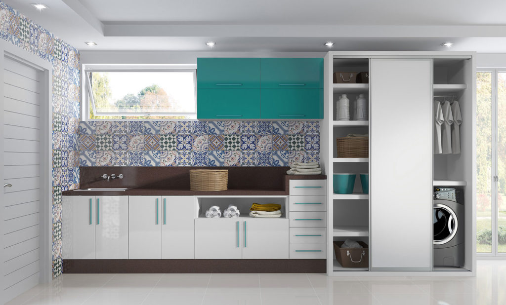 Decoração ampla com armários azuis e contact de azulejo decorado.