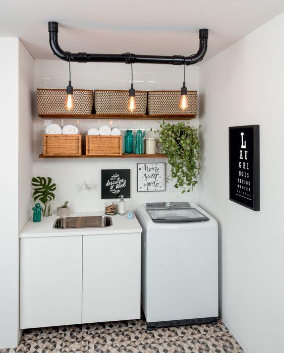 Área de serviço simples com quadros decorativos e prateleiras de madeira.