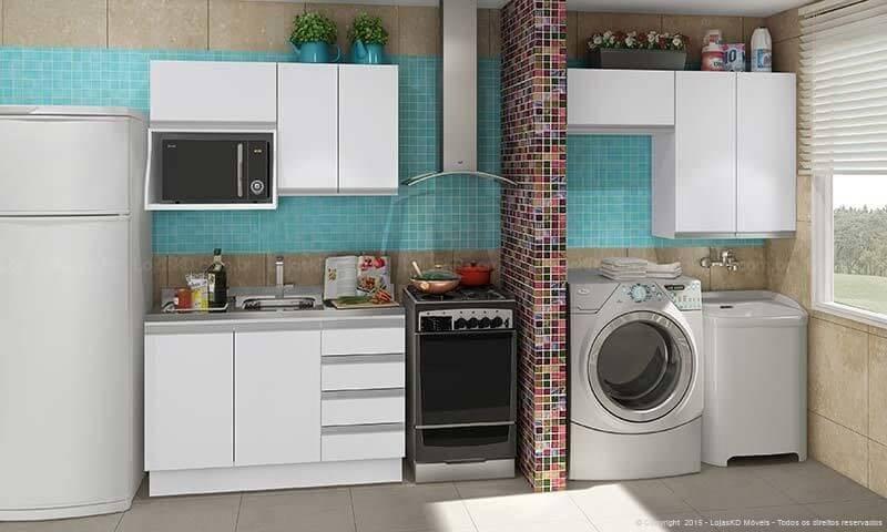 Cozinha integrada com área de serviço pequena.
