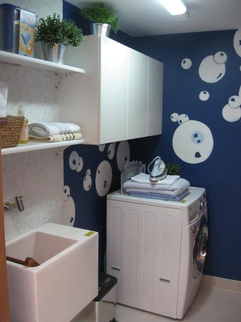 Área de serviço decorada com pintura na parede.