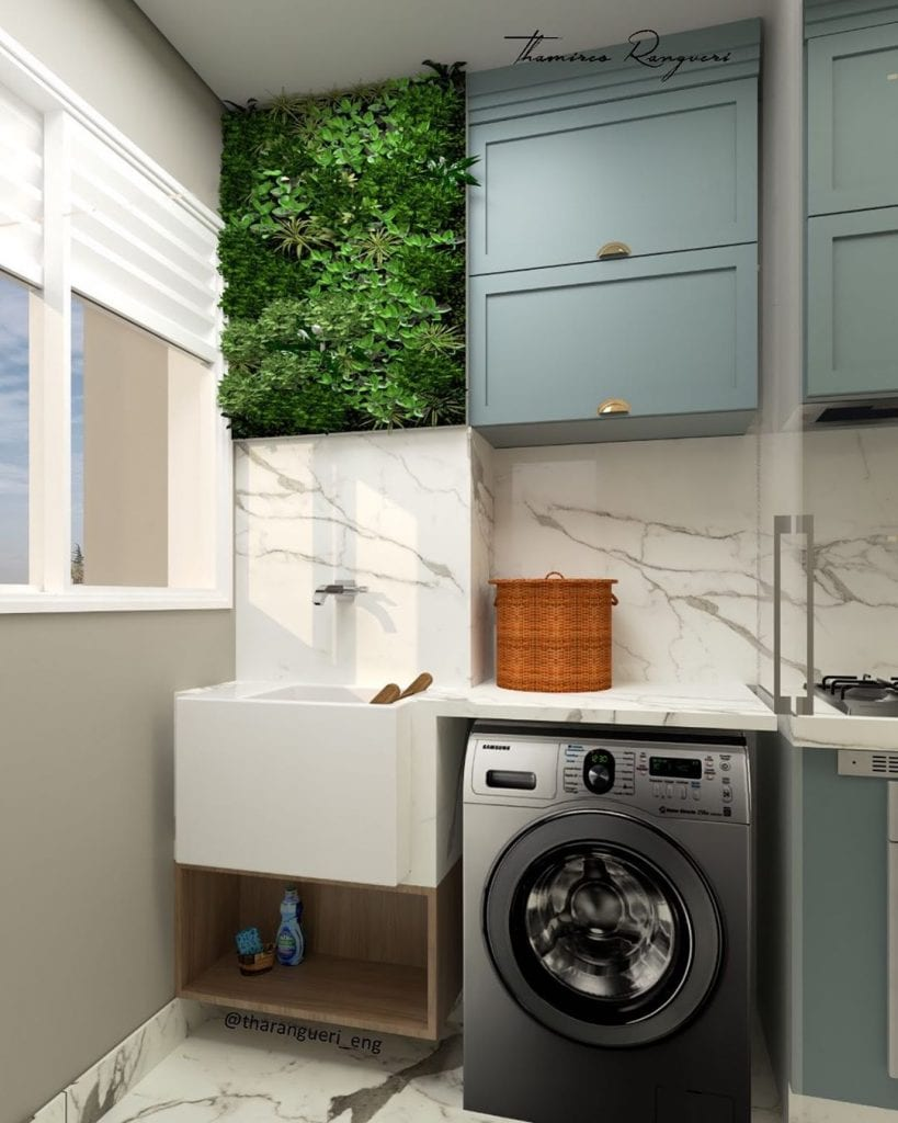 Decoração moderna com revestimento de porcelanato mesclado e jardim vertical.