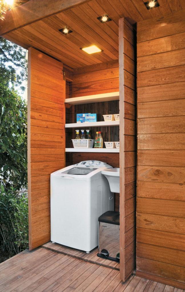 Área de serviço simples dentro do armário de madeira.