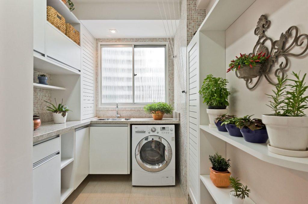 Área de serviço simples com armário branco e ladrilho neutro.
