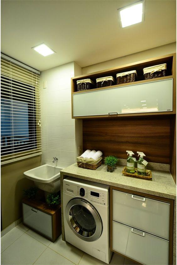 Decoração simples com armários de madeira e bancada de granito.