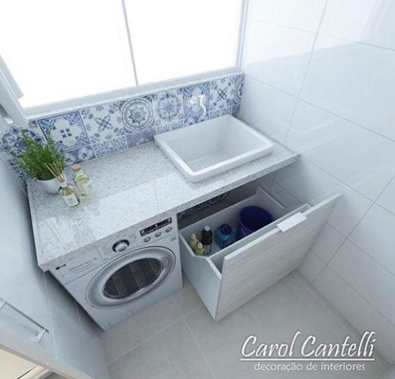 Área de serviço pequena com azulejo português.
