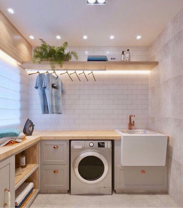 Decoração simples com armários clássicos e fita de led.
