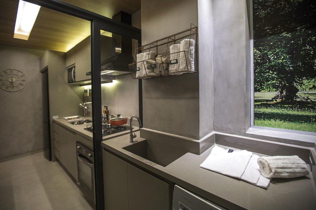 Cozinha integrada com área de serviço e decoração moderna.