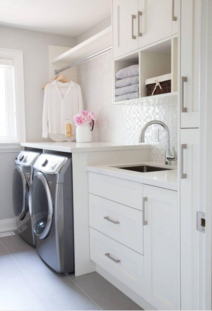 Decoração simples com armários brancos e pastilhas brancas.