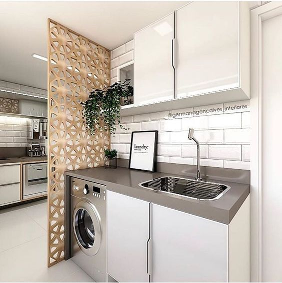 Área de serviço pequena com azulejo de tijolinho branco.