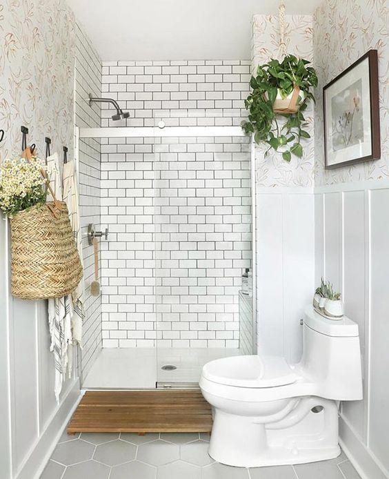 Decoração clean com azulejo metro white e papel de parede decorado.