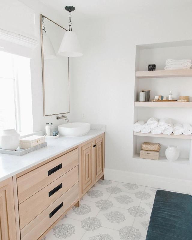 Decoração clean com armário de madeira e piso decorado.