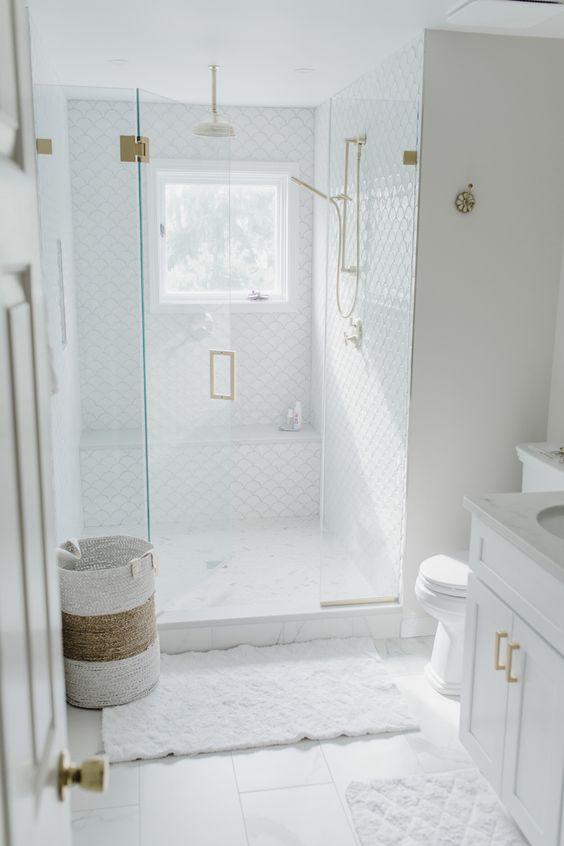 Decoração clean com azulejo decorado na área do chuveiro.